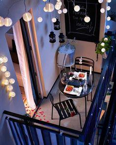Por muy pequeño que sea tu balcón, aprovecha para poner una pequeña silla o taburete. Con la iluminación adecuada cualquier rincón se puede convertir en una maravillosa terraza