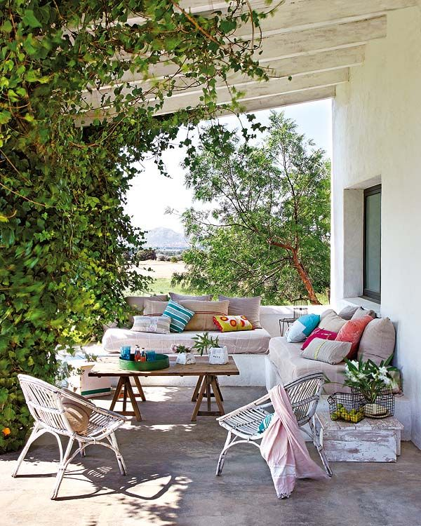 Prueba a cubrir los sofás con grandes pareos o telas ligeras de algodón. Además de aportar sensación de frescor protegerán las tapicerías.